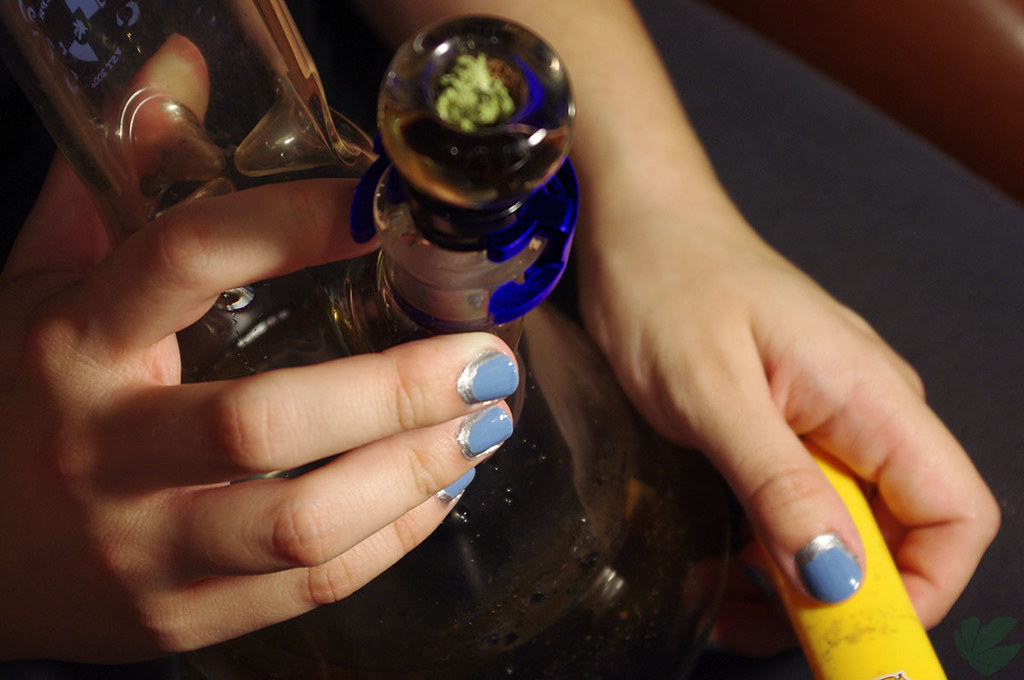 Why should we prefer glass bongs for the consumption of cannabis?
